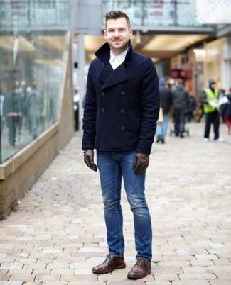 Dunkelbraune Lederhandschuhe kombinieren: trends 2020: Paaren Sie eine dunkelblaue Cabanjacke mit dunkelbraunen Lederhandschuhen für einen entspannten Wochenend-Look. Komplettieren Sie Ihr Outfit mit braunen Brogue Stiefeln aus Leder, um Ihr Modebewusstsein zu zeigen.