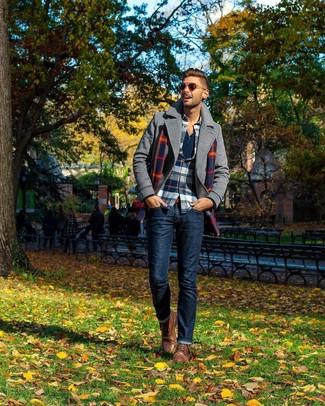 Wie kombinieren: graue Cabanjacke, weißes und rotes und dunkelblaues Flanell Langarmhemd mit Schottenmuster, dunkelblaues Langarmshirt mit einer Knopfleiste, dunkelblaue Jeans