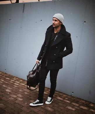 Wie kombinieren: schwarze Cabanjacke, dunkelgraues Langarmhemd mit Schottenmuster, schwarzes T-Shirt mit einem Rundhalsausschnitt, schwarze enge Jeans