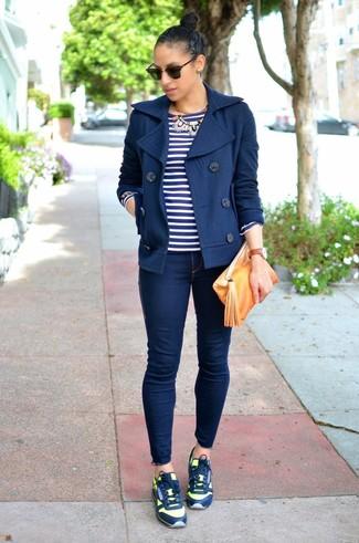 Wie kombinieren: dunkelblaue Cabanjacke, dunkelblaues und weißes horizontal gestreiftes Langarmshirt, dunkelblaue enge Jeans, dunkelblaue Sportschuhe
