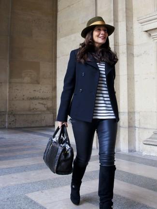 Wie kombinieren: dunkelblaue Cabanjacke, weißes und dunkelblaues horizontal gestreiftes Langarmshirt, schwarze Lederleggings, schwarze kniehohe Stiefel aus Wildleder