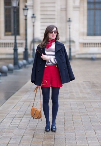 Wie kombinieren: dunkelblaue Cabanjacke, weißes und dunkelblaues horizontal gestreiftes Langarmshirt, rote Shorts, dunkelblaue Leder Slipper