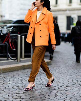 5bd9f166d73368 Wie kombinieren: orange Cabanjacke, weißes Businesshemd, rotbraune  Karottenhose, rosa bedruckte Leder Pumps