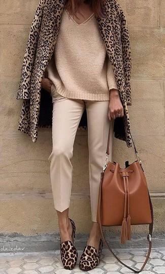 Wie kombinieren: beige Cabanjacke mit Leopardenmuster, beige Strick Oversize Pullover, hellbeige Karottenhose, braune Slipper aus Kalbshaar mit Leopardenmuster