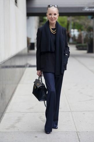 Wie kombinieren: schwarze Cabanjacke, schwarzer Pullover mit einem Rundhalsausschnitt, dunkelblaue Anzughose, schwarze Leder Stiefeletten