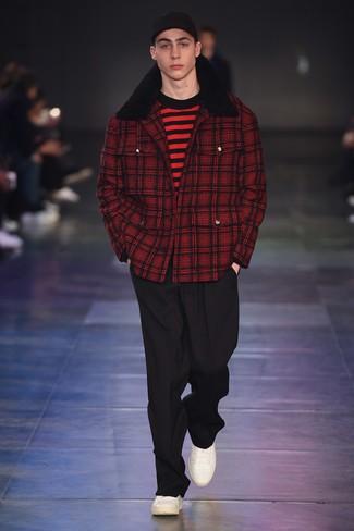 rote Cabanjacke mit Schottenmuster, roter und schwarzer horizontal gestreifter Pullover mit einem Rundhalsausschnitt, schwarze Anzughose, weiße Leder niedrige Sneakers für Herren
