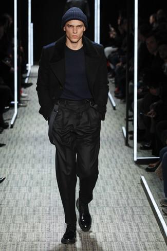 schwarze Cabanjacke, dunkelblauer Pullover mit einem Rundhalsausschnitt, schwarze Anzughose, schwarze Lederfreizeitstiefel für Herren