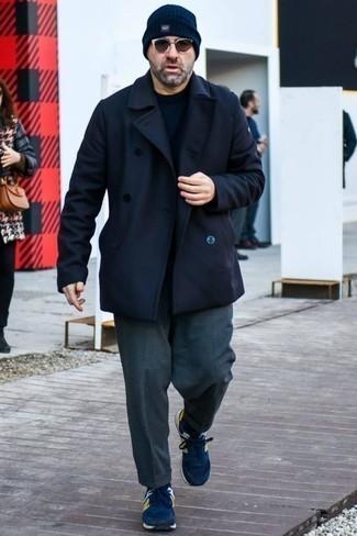 Dunkelblauen Pullover mit einem Rundhalsausschnitt kombinieren: trends 2020: Entscheiden Sie sich für einen klassischen Stil in einem dunkelblauen Pullover mit einem Rundhalsausschnitt und einer dunkelgrauen Anzughose. Fühlen Sie sich ideenreich? Ergänzen Sie Ihr Outfit mit dunkelblauen Sportschuhen.