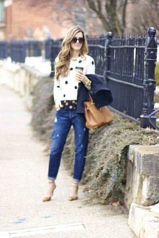 Wie kombinieren: dunkelblaue Cabanjacke, weißer und schwarzer gepunkteter Pullover mit einem Rundhalsausschnitt, dunkelblaues gepunktetes Businesshemd, blaue Boyfriend Jeans mit Destroyed-Effekten