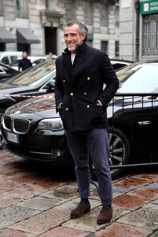 Wie kombinieren: schwarze Cabanjacke, weißer Pullover mit einem Rundhalsausschnitt, dunkelblaue Chinohose, dunkelbraune Wildleder Oxford Schuhe