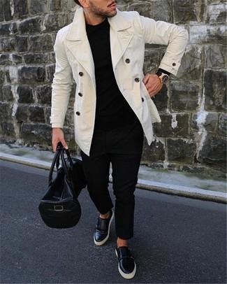 Schwarze Leder Reisetasche kombinieren: Eine weiße Cabanjacke und eine schwarze Leder Reisetasche sind eine perfekte Outfit-Formel für Ihre Sammlung. Fühlen Sie sich ideenreich? Komplettieren Sie Ihr Outfit mit schwarzen Slip-On Sneakers aus Leder.