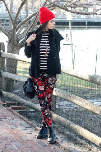 Wie kombinieren: schwarze Cabanjacke, schwarzer und weißer horizontal gestreifter Pullover mit einem Rundhalsausschnitt, schwarze enge Hose mit Blumenmuster, schwarze flache Stiefel mit einer Schnürung aus Leder