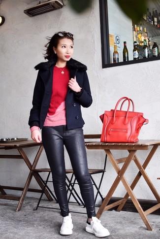 Wie kombinieren: dunkelblaue Cabanjacke, roter Pullover mit einem Rundhalsausschnitt, schwarze enge Hose aus Leder, weiße und schwarze Leder niedrige Sneakers