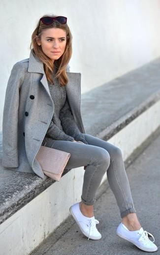 30 Jährige: Grauen Pullover mit einem Rundhalsausschnitt kombinieren – 153 Frühling Damen Outfits: Mit dieser Paarung aus einem grauen Pullover mit einem Rundhalsausschnitt und grauen engen Jeans werden Sie die ideale Balance zwischen einem Tomboy-Look und modernem Stil schaffen. Bringen Sie die Dinge durcheinander, indem Sie weißen Leinenschuhe mit diesem Outfit tragen. Mit diesem Outfit sind Sie im Frühling immer gut angezogen.