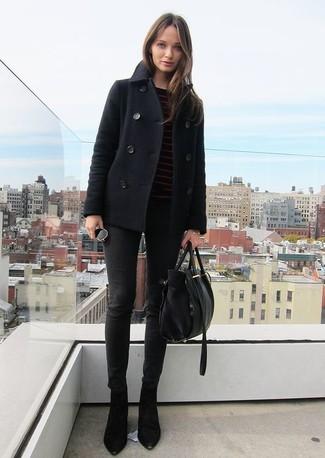 Wie kombinieren: schwarze Cabanjacke, schwarzer horizontal gestreifter Pullover mit einem Rundhalsausschnitt, schwarze enge Jeans, schwarze Wildleder Stiefeletten