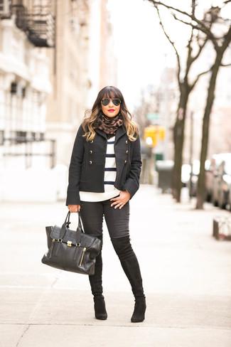 Wie kombinieren: schwarze Cabanjacke, weißer und schwarzer horizontal gestreifter Pullover mit einem Rundhalsausschnitt, schwarze enge Jeans, schwarze Overknee Stiefel aus Wildleder