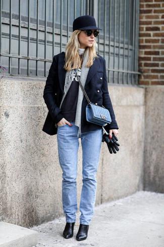 Grauen Pullover mit einem Rundhalsausschnitt kombinieren – 499 Damen Outfits: Probieren Sie diese Kombi aus einem grauen Pullover mit einem Rundhalsausschnitt und hellblauen engen Jeans, umein frischen Casual-Outfit zu kreieren, der in der Garderobe der Frau nicht fehlen darf. Schwarze Leder Stiefeletten sind eine ideale Wahl, um dieses Outfit zu vervollständigen.