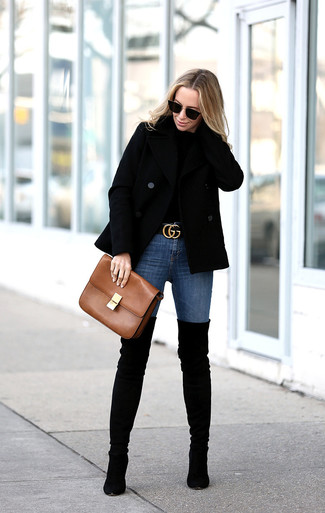 Schwarze Overknee Stiefel aus Wildleder kombinieren: trends 2020: Erwägen Sie das Tragen von einer schwarzen Cabanjacke und blauen engen Jeans, wenn Sie einen legeren und zeitgenössischen Look wollen. Vervollständigen Sie Ihr Look mit schwarzen Overknee Stiefeln aus Wildleder.