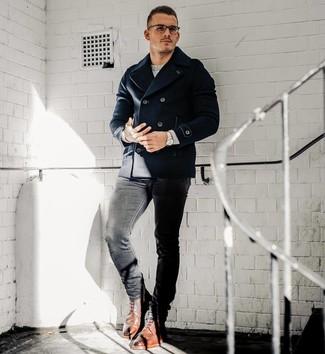 Wie kombinieren: dunkelblaue Cabanjacke, grauer Pullover mit einem Rundhalsausschnitt, schwarze enge Jeans, braune Brogue Stiefel aus Leder