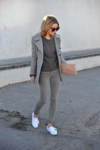 Grauen Pullover mit einem Rundhalsausschnitt kombinieren – 499 Damen Outfits: Sie möchten Ihren Casual-Stil perfektionieren? Vereinigen Sie einen grauen Pullover mit einem Rundhalsausschnitt mit grauen engen Jeans. Fühlen Sie sich mutig? Vervollständigen Sie Ihr Outfit mit weißen Leinenschuhen.