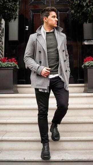 Wie kombinieren: graue Cabanjacke, dunkelgrüner Pullover mit einem Rundhalsausschnitt, weißes Langarmhemd, schwarze Chinohose