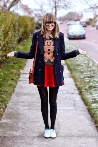Wie kombinieren: dunkelblaue Cabanjacke, dunkelgrauer bedruckter Pullover mit einem Rundhalsausschnitt, roter Skaterrock, weiße Leder niedrige Sneakers