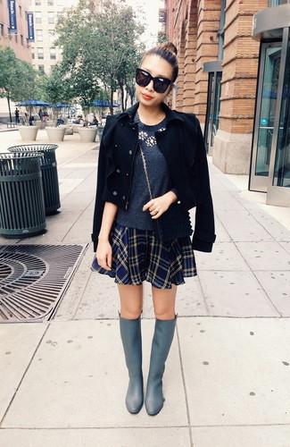Grauen Pullover mit einem Rundhalsausschnitt kombinieren – 499 Damen Outfits: Ein grauer Pullover mit einem Rundhalsausschnitt und ein dunkelblauer Skaterrock mit Schottenmuster sind absolut Alltags-Essentials und können mit einer Vielzahl von Stücken gepaart werden, um einen zeitgenössischen, lockeren Look zu erzielen. Komplettieren Sie Ihr Outfit mit grauen kniehohe Stiefeln aus Leder, um Ihr Modebewusstsein zu zeigen.