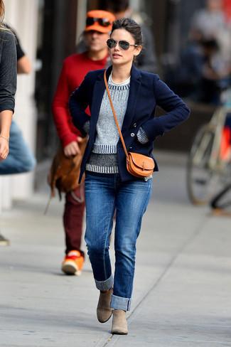 Wie kombinieren: dunkelblaue Cabanjacke, grauer Pullover mit einem Rundhalsausschnitt, weißes T-Shirt mit einem Rundhalsausschnitt, blaue Jeans