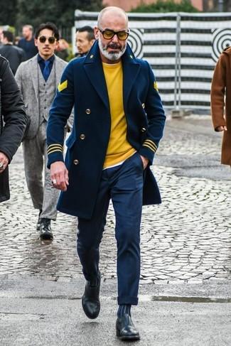 Wie kombinieren: dunkelblaue Cabanjacke, gelber Pullover mit einem Rundhalsausschnitt, weißes T-Shirt mit einem Rundhalsausschnitt, dunkelblaue Anzughose