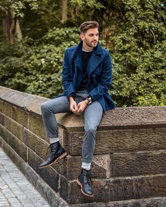 Wie kombinieren: dunkelblaue Cabanjacke, schwarzer Pullover mit einem Rundhalsausschnitt, weißes T-Shirt mit einem Rundhalsausschnitt, graue Anzughose