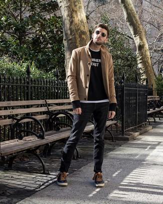 Wie kombinieren: beige Cabanjacke, schwarzer und weißer bedruckter Pullover mit einem Rundhalsausschnitt, weißes T-Shirt mit einem Rundhalsausschnitt, schwarze Jeans