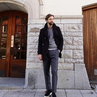 Grauen Pullover mit einem Rundhalsausschnitt kombinieren – 500+ Herren Outfits: Erwägen Sie das Tragen von einem grauen Pullover mit einem Rundhalsausschnitt und einer dunkelgrauen Anzughose, um vor Klasse und Perfektion zu strotzen. Fühlen Sie sich mutig? Wählen Sie schwarzen Wildleder niedrige Sneakers.