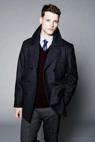 Wie kombinieren: dunkelgraue Cabanjacke, dunkelroter Pullover mit einem V-Ausschnitt, weißes vertikal gestreiftes Businesshemd, dunkelgraue Anzughose mit Schottenmuster