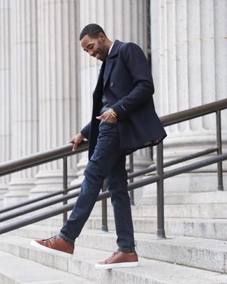 Wie kombinieren: dunkelblaue Cabanjacke, dunkelgrauer Pullover mit einem V-Ausschnitt, weißes Langarmhemd, dunkelblaue Jeans