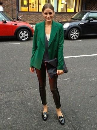 Olivia Palermo trägt dunkelgrüne Cabanjacke, dunkelgrauer Pullover mit einem V-Ausschnitt, schwarze Lederleggings, schwarze Leder Slipper mit Quasten