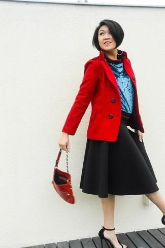 Entscheiden Sie sich für eine rote Cabanjacke und einen schwarzen Ausgestellten Rock für ein Alltagsoutfit, das Charakter und Persönlichkeit ausstrahlt. Fühlen Sie sich mutig? Ergänzen Sie Ihr Outfit mit schwarzen Wildleder Sandaletten.