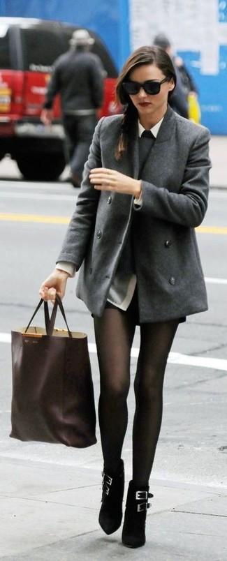 Miranda Kerr trägt Graue Cabanjacke, Grauer Pullover mit Rundhalsausschnitt, Graues Businesshemd, Schwarze Ledershorts