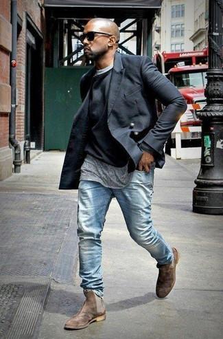 Kanye West trägt Schwarze Cabanjacke, Schwarzer Pullover mit Rundhalsausschnitt, Graues T-Shirt mit Rundhalsausschnitt, Hellblaue Jeans