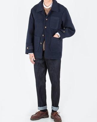 Schwarze Jeans kombinieren: trends 2020: Entscheiden Sie sich für eine dunkelblaue Cabanjacke und schwarzen Jeans für Drinks nach der Arbeit. Fühlen Sie sich mutig? Ergänzen Sie Ihr Outfit mit braunen Leder Derby Schuhen.