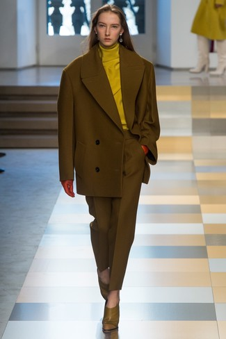 olivgrüne Cabanjacke, senf Rollkragenpullover, olivgrüne Anzughose, olivgrüne Leder Stiefeletten für Damen