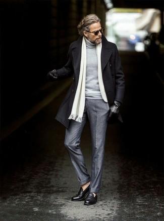 Wie kombinieren: schwarze Cabanjacke, grauer Rollkragenpullover, graue Wollanzughose, schwarze Leder Slipper