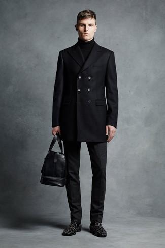 Schwarze Wollanzughose kombinieren: trends 2020: Kombinieren Sie eine schwarze Cabanjacke mit einer schwarzen Wollanzughose für eine klassischen und verfeinerte Silhouette. Wenn Sie nicht durch und durch formal auftreten möchten, komplettieren Sie Ihr Outfit mit schwarzen Wildleder Slippern mit Leopardenmuster.