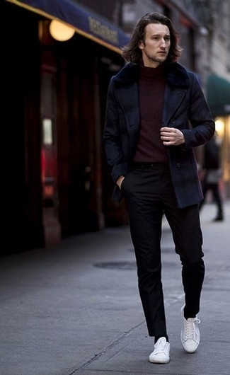 Wie kombinieren: dunkelblaue Cabanjacke, dunkelroter Rollkragenpullover, schwarze Chinohose, weiße Segeltuch niedrige Sneakers