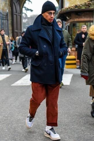 Rotbraune Cord Chinohose kombinieren – 44 Herren Outfits: Die Kombination aus einer dunkelblauen Cabanjacke und einer rotbraunen Cord Chinohose eignet sich hervorragend zum Ausgehen oder für modisch-lässige Anlässe. Fühlen Sie sich mutig? Entscheiden Sie sich für weißen und schwarzen Sportschuhe.
