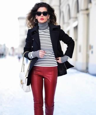 Wie kombinieren: schwarze Cabanjacke, weißer und schwarzer horizontal gestreifter Rollkragenpullover, rote enge Hose aus Leder, weiße gesteppte Satchel-Tasche aus Leder