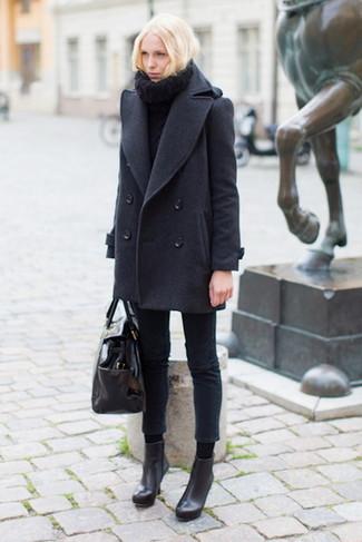 Wie kombinieren: dunkelgraue Cabanjacke, schwarzer Strick Rollkragenpullover, schwarze enge Jeans, schwarze Leder Stiefeletten