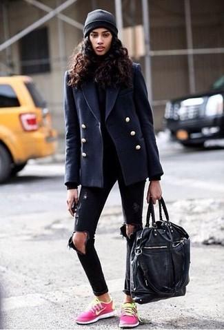 Wie kombinieren: dunkelblaue Cabanjacke, schwarzer Rollkragenpullover, schwarze enge Jeans mit Destroyed-Effekten, fuchsia niedrige Sneakers
