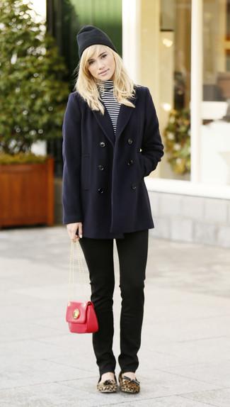 Mädchenmode für Teenager 2020: Eine dunkelblaue Cabanjacke und schwarze enge Jeans sind wunderbar geeignet, um ein legeres Outfit zu zaubern. Fühlen Sie sich ideenreich? Wählen Sie beige wildleder ballerinas mit leopardenmuster.