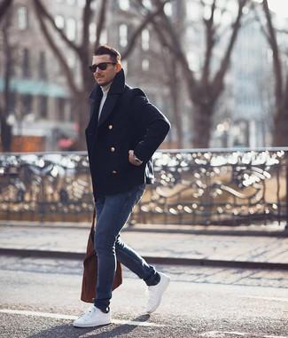 Wie kombinieren: dunkelblaue Cabanjacke, grauer Rollkragenpullover, dunkelblaue enge Jeans, weiße niedrige Sneakers
