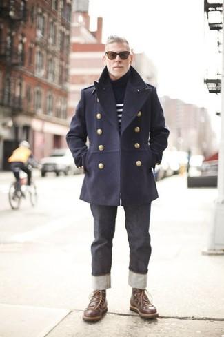 Wie kombinieren: dunkelblaue Cabanjacke, dunkelblauer und weißer horizontal gestreifter Rollkragenpullover, dunkelgraue Jeans, dunkelbraune Lederfreizeitstiefel
